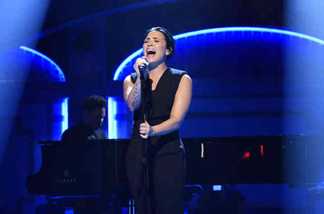 Demi Lovato Performs On SNL Photo #6