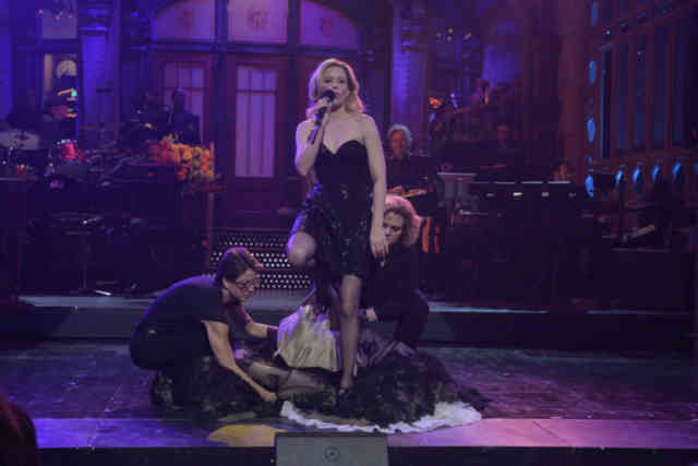 Singer Elizabeth Banks at SNL Photos