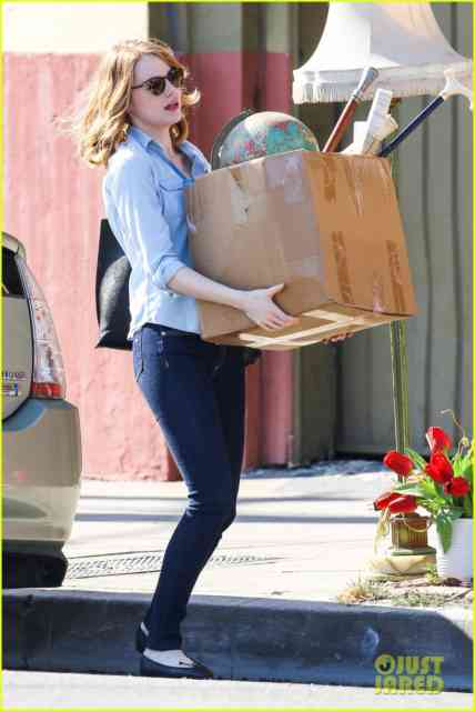Los Angeles, CA - Actress Emma Stone shows off the big guns as she carries a heavy box in Los Angeles. AKM-GSI August 28, 2014    To License These Photos, Please Contact :    Steve Ginsburg  (310) 505-8447  (323) 423-9397  steve@akmgsi.com  sales@akmgsi.com    or    Maria Buda  (917) 242-1505  mbuda@akmgsi.com  ginsburgspalyinc@gmail.com